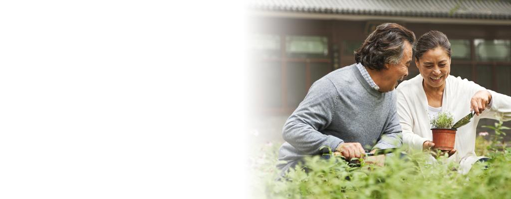 Diabètiques OneTouch en santé faisant du jardinage